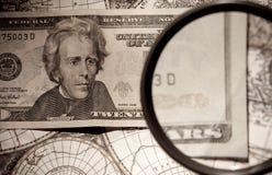 Vergrößerungsglas- und Papierwährung Lizenzfreies Stockfoto
