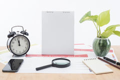 Vergrößerungsglas und Uhr mit Geschäft tragen Planer 2017 auf Schreibtisch ein Lizenzfreie Stockfotografie