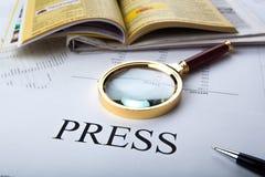 Vergrößerungsglas und unterzeichnen die Presse stockfotos