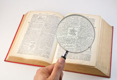 Vergrößerungsglasobjektiv und Buch 1 Lizenzfreie Stockfotografie