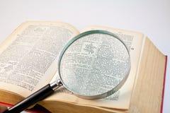 Vergrößerungsglasobjektiv und Buch 2 Lizenzfreie Stockfotos