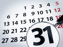 Vergrößerungsglas auf einem Kalender Lizenzfreies Stockfoto