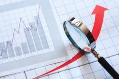 Vergrößerungsglas und Diagramm Stockfotos