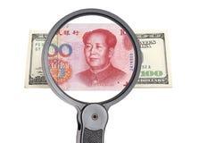 Vergrootglas, dollar en Chinese yuan Royalty-vrije Stock Afbeeldingen