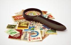 Vergrootglas en teken Stock Foto's