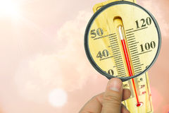 Vergrootglas en thermometer Concept op hoge temperatuur Royalty-vrije Stock Afbeeldingen