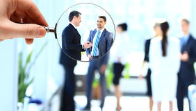 Vergrootglas en zakenman Royalty-vrije Stock Afbeelding