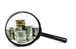 Vergrootglas met muntstukclose-up op witte achtergrond Stock Fotografie