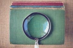 Vergrootglas met oude Boeken op Uitstekende Achtergrond met Insta Royalty-vrije Stock Foto's