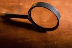 Vergrootglas op de lijst stock afbeeldingen