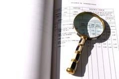 Vergrootglas op een document Stock Foto