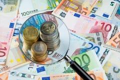 Vergrootglas op euro geld Stock Foto's