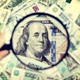 Vergrootglas op het Geld Stock Foto's