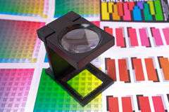 Vergrootglas op kleurengids en monster Royalty-vrije Stock Afbeeldingen