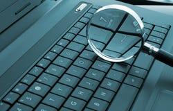 Vergrootglas op laptop Stock Fotografie