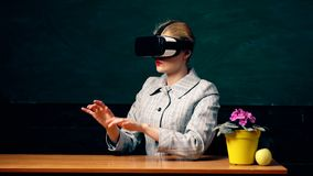 Vergrote werkelijkheid Vrouw in VR-glazen Zekere vrouw die in virtuele werkelijkheidshoofdtelefoon in lucht richten Modern onderw stock videobeelden