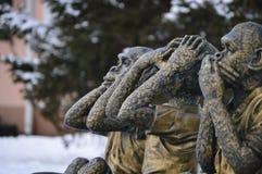 Verguld beeldhouwwerk van drie apen Ik zeg niet, zie ik niet, kan niet horen stock fotografie