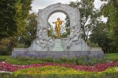 Verguld bronsmonument van Johann Strauss in Stadtpark in Wenen stock afbeeldingen