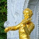 Verguld standbeeld van Johann Strauss in Wenen stock afbeelding