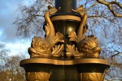Vergulde die vissenbeeldhouwwerken in zonlicht worden behandeld Royalty-vrije Stock Foto's