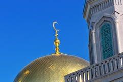 Vergulde koepel en toenemende maan Moslimmoskee Royalty-vrije Stock Foto