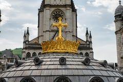 Vergulde kroon van Lourdes Basilica Bedevaart aan Lourdes royalty-vrije stock afbeelding