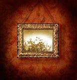 Vergulde omlijsting op antiek behang Stock Foto