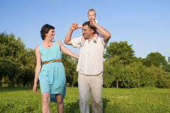 Verhältnis-Konzepte Junge kaukasische Leute der dreiköpfigen Familie, die gute Zeit haben Lizenzfreie Stockfotos