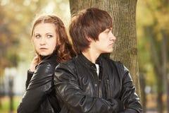 Verhältnis-Problem oder -problem Deprimierte Frau und Mann im Park Stockbild