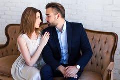 Verhältnis und Liebeskonzept - Porträt des jungen schönen Coups lizenzfreies stockfoto