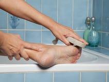 Verhärtete Füße und Bimsstein Lizenzfreies Stockfoto