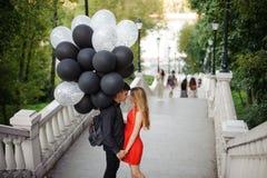 Verhaal die van het houden van van paar, op de treden komen royalty-vrije stock afbeelding