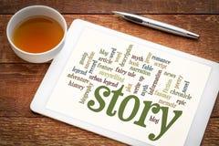 Verhaal en storytelling woordwolk op tablet stock afbeeldingen