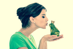 Verhaal van kikkerkoning - jonge vrouw in liefdeconcept Royalty-vrije Stock Afbeeldingen