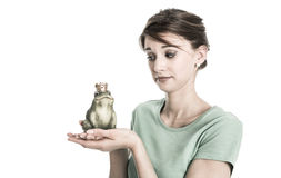 Verhaal van kikkerkoning - jongelui geïsoleerde vrouw in liefdeconcept Droevige a Stock Afbeeldingen