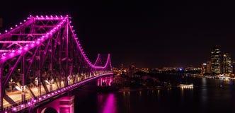 Verhaalbrug Brisbane Australië bij nacht met rivier en stad stock foto