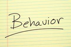 Verhalten auf einem gelben Kanzleibogenblock Lizenzfreies Stockbild