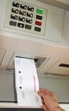 Verhandlung an einem ATM Stockfotografie