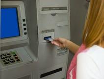 Verhandlung an einem ATM Lizenzfreie Stockfotos