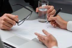 Verhandlung zwischen zwei Partnern lizenzfreie stockfotografie