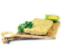 Verharde polenta op houten olijf hakbord Stock Foto's