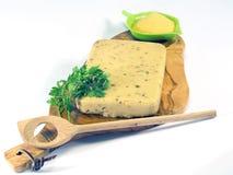 Verharde polenta op houten olijf hakbord Stock Fotografie