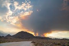 Verheerendes Feuer beginnt in den Ost-Sierra Nevada -Bergen Kalifornien stockfotografie