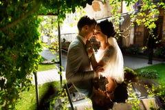 Verheiratete Hochzeitsluxuspaare, Braut und Bräutigam, werfend im romantischen Hof der alten Stadt auf stockfotografie