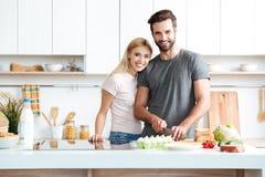 Verheiratete junge Paare, die zu Hause ihre Zeit genießen lizenzfreie stockfotos