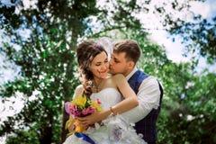 Verheiratetes Paar bei der Waldumfassung Lizenzfreie Stockfotografie