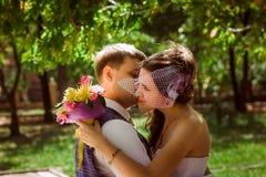 Verheiratetes Paar bei der Waldumfassung Lizenzfreie Stockbilder