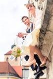 Verheiratetes Paar, das Blumenblumenstrauß hält lizenzfreie stockfotos