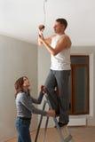 Verheiratetes Paar, das Hauptreparaturen in der neuen Ebene durchführt. Stockbilder
