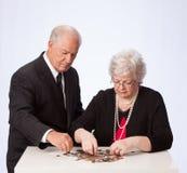 Verheiratetes Paar, das ihr Geld für Ruhestand zählt Stockfotografie